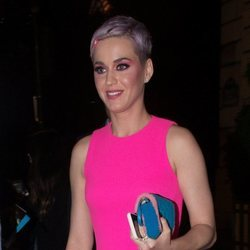 Katy Perry con el pelo morado paseando por Paris 2018