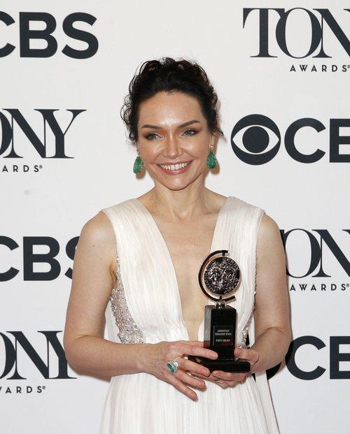 Katrina Lenk con un recogido y pendientes verdes en la alfombra roja de los Premios Tony 2018