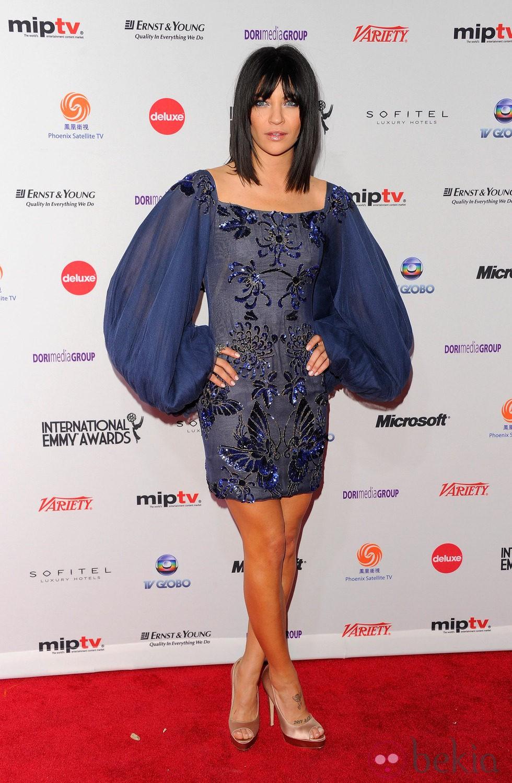 Jessica Szohr en la gala de los Emmy 2011 con media melena y flequillo