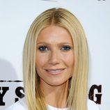 Gwyneth Paltrow con melena lisa y raya al medio