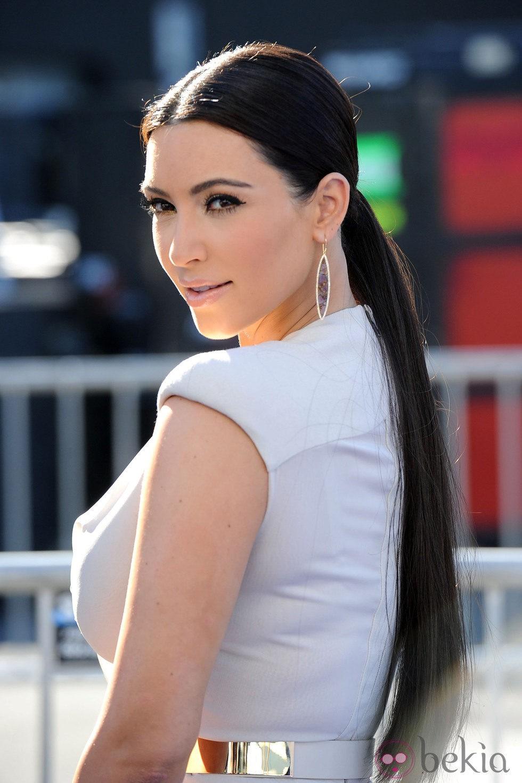 Kim Kardashian con coleta baja