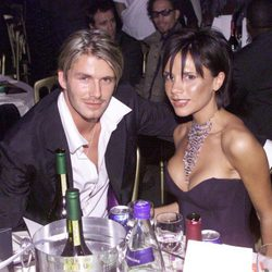 Victoria Beckham con pelo corto y flequillo largo por la cara