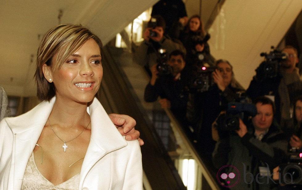 Victoria Beckham con melena corta y mechas rubias