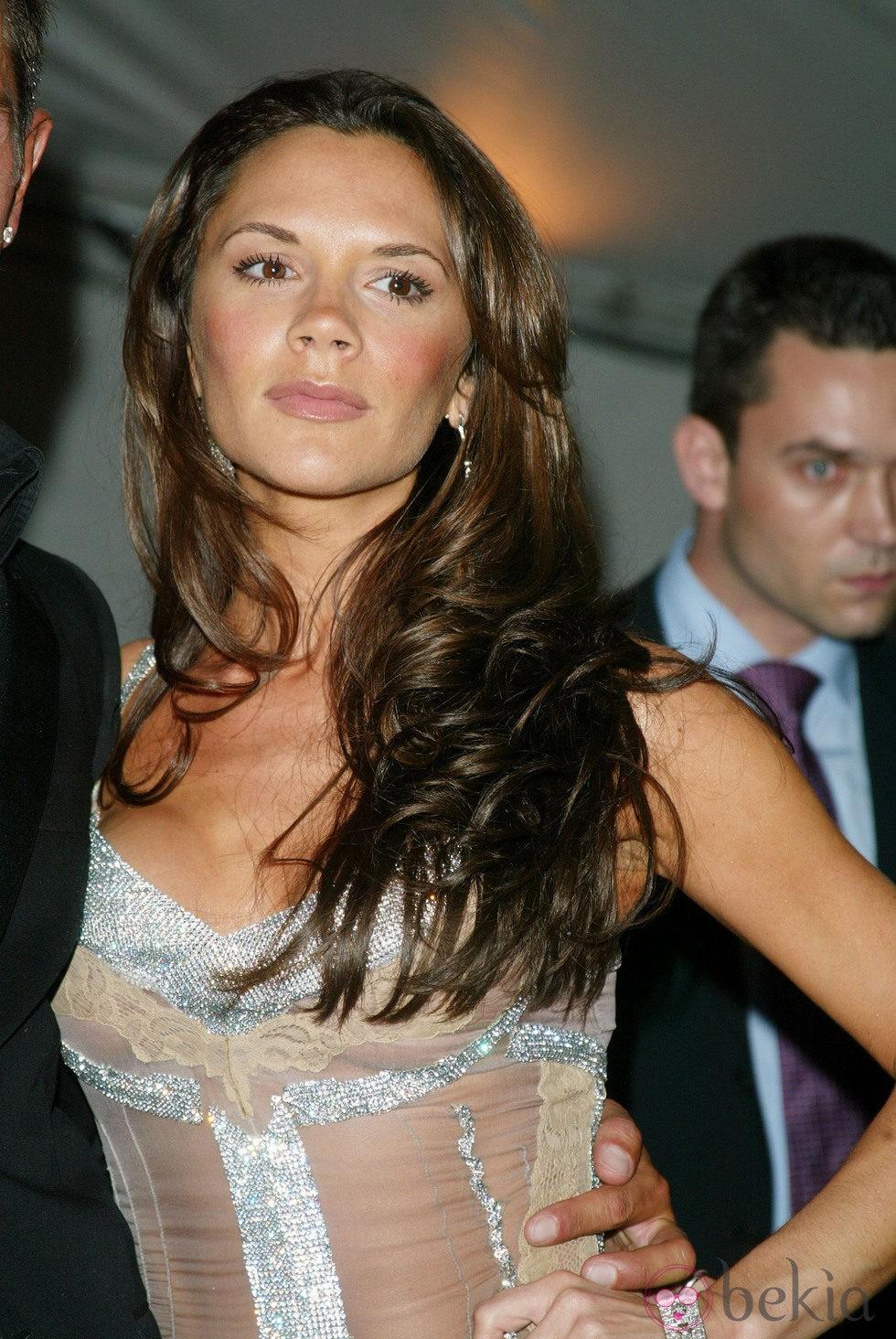 Victoria Beckham con larga melena castaña