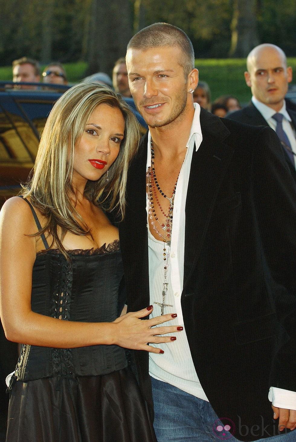 Victoria Beckham con larga melena castaña y mechas rubias