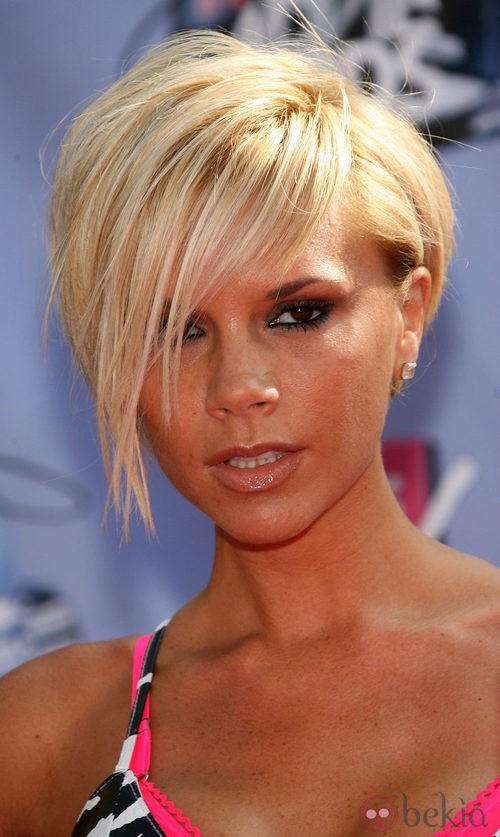 Victoria Beckham con pelo corto y flequillo largo en rubio platino