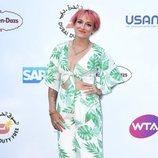 Bethanie Mattek con el cabello rosa en la fiesta Wat's Tennis en Londres 2018