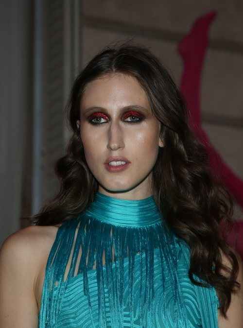Anna Cleveland con unas sombras rojas de purpurina en la fiesta de Jean Paul Gaultier 2018