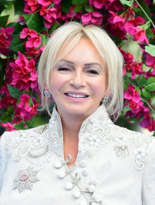Judy Craymer con un maquillaje en tonos rosados en la premiere de 'Mamma Mia 2' en Londres 2018