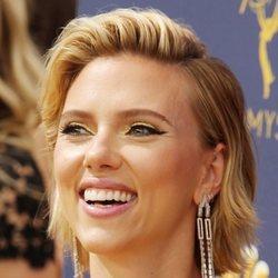 Scarlett Johansson con una sombra dorada en los Premios Emmy 2018