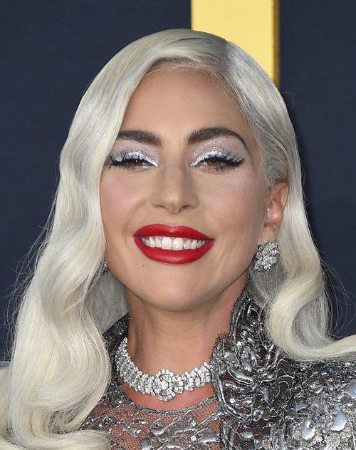 Lady Gaga con un beauty plateado en la presentación de 'Ha nacido una estrella'