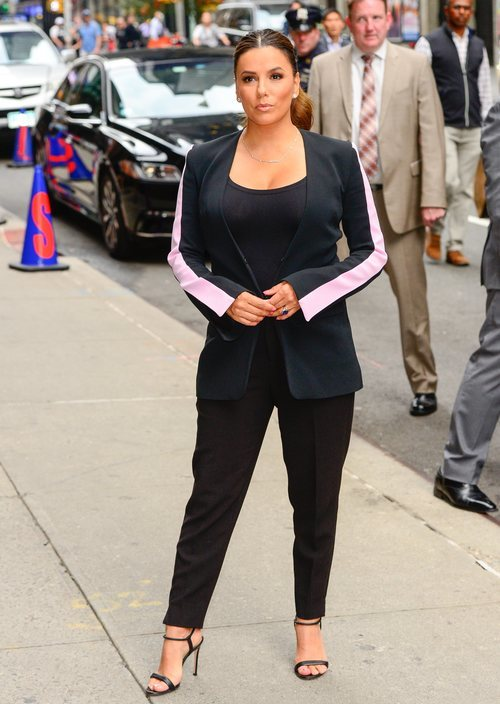 Eva Longoria con un beauty look muy natural acudiendo a 'The Late Show with Stephen Colbert'