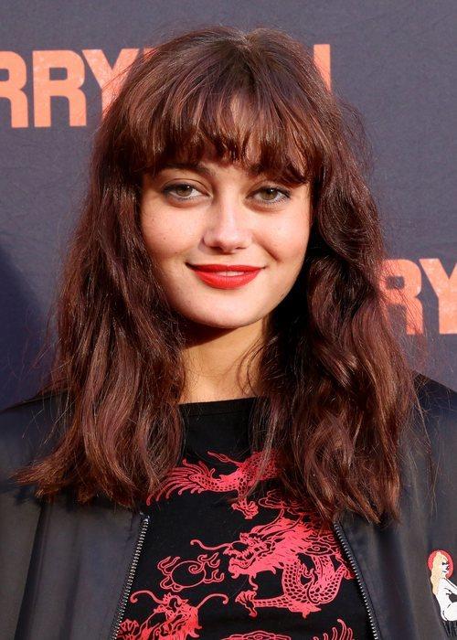 Ella Purnell look despeinado en la premiere de 'The Ferryman'