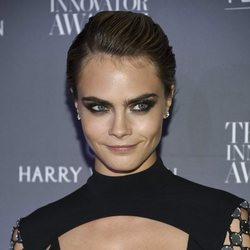 Cara Delevinge posa con un peinado que provocaba efecto de sucio