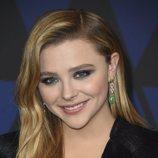 Chloe Moretz posa con un maquillaje brillante y natural