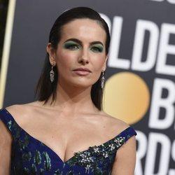 Camilla Belle con un beauty look verde en los Globos de Oro 2019
