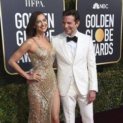 Irina Shayk estrena melena midi posando con Bradley Cooper en los Globos de Oro 2019