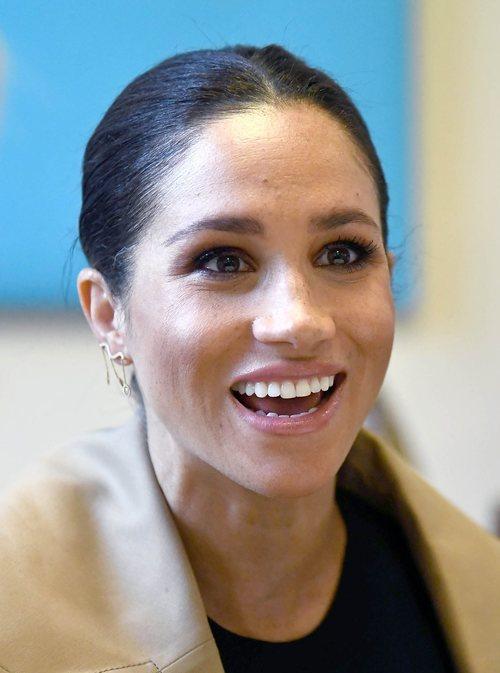 Meghan Markle con un beauty look natural en su visita a una organización en Londres