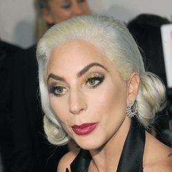 Lady Gaga con el pelo tricolor en la entrega de los National Board of Review Awards 2019