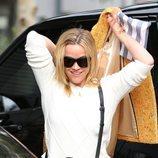 Reese Witherspoon con el pelo sucio haciendo recados por Santa Mónica