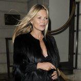 Kate Moss saliendo de su fiesta de cumpleaños con el rostro hinchado