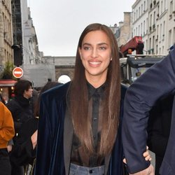 Irina Shayk con una melena lisa XXL llegando a París para asistir a la Semana de la Moda
