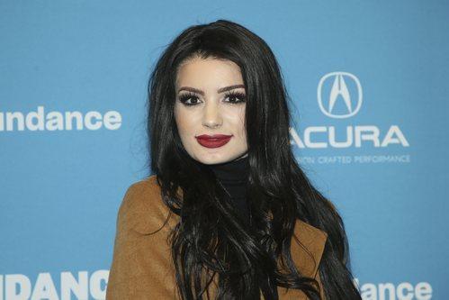 Paige Jade con pintalabios rojo