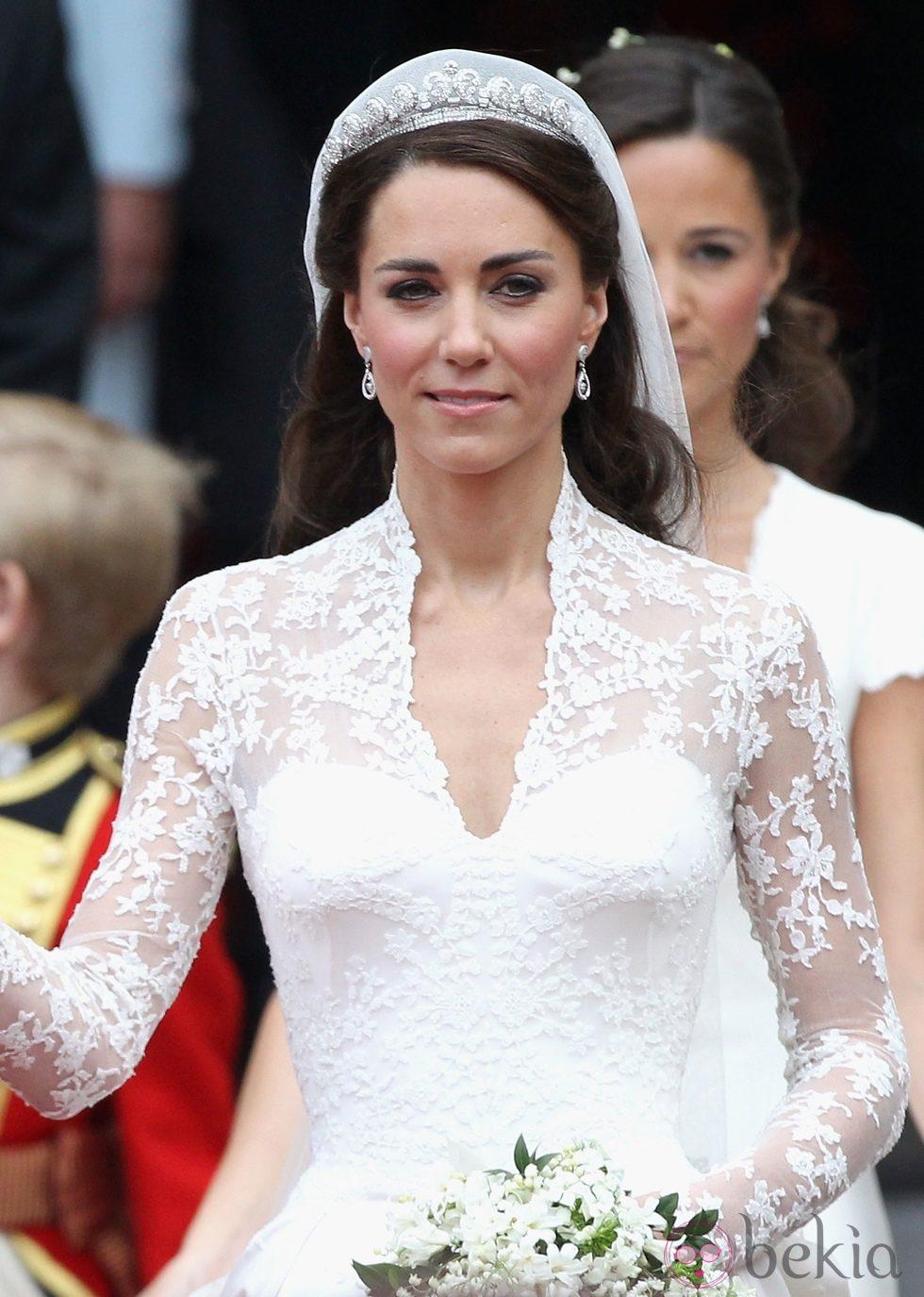 Kate Middleton con maquillaje rosado y ondas al agua en el día de su boda