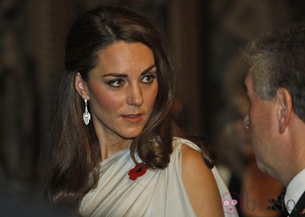 Kate Middleton con ojos ligeramente smokey y un semirecogido