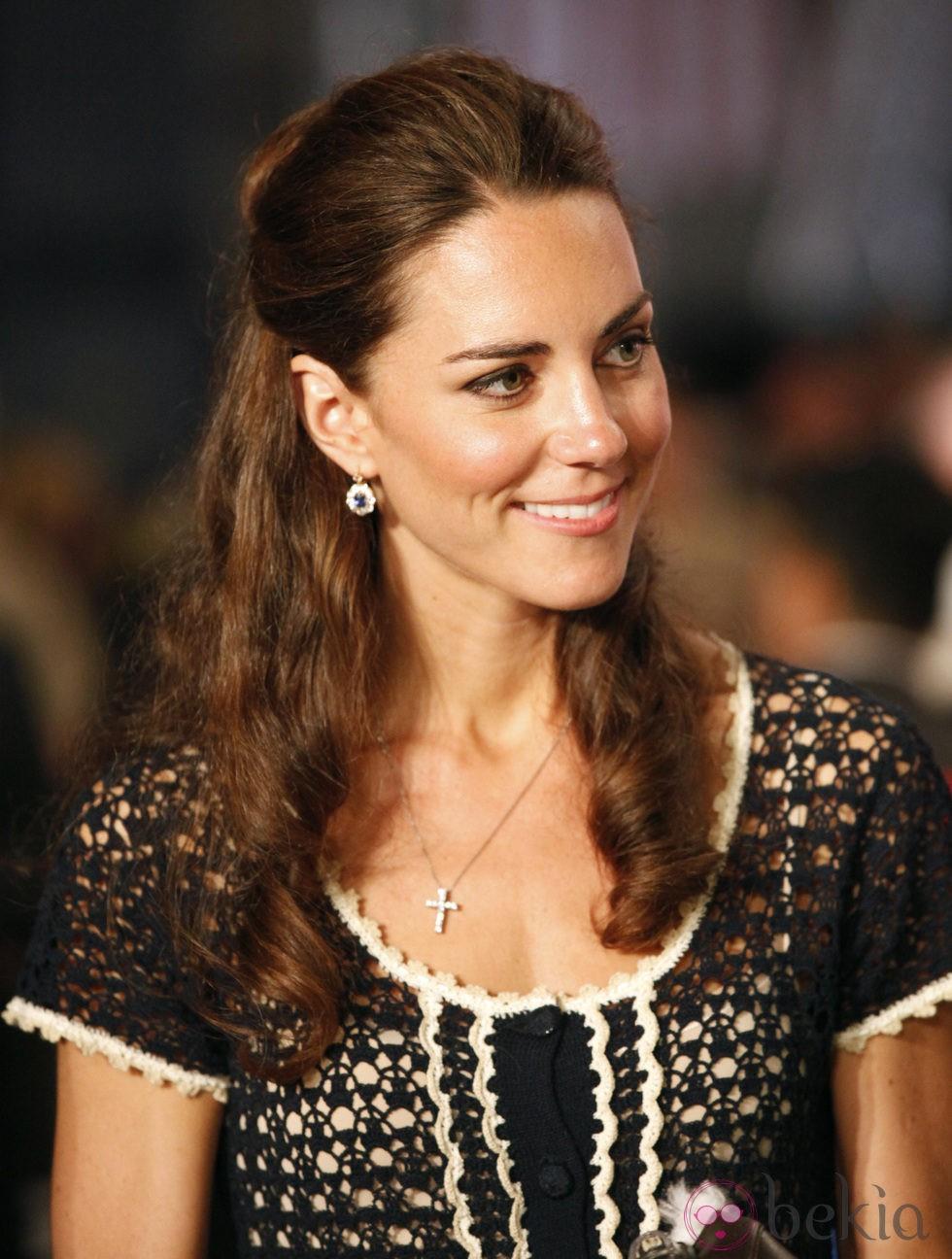 Kate Middleton con maquillaje nude y un semirecogido