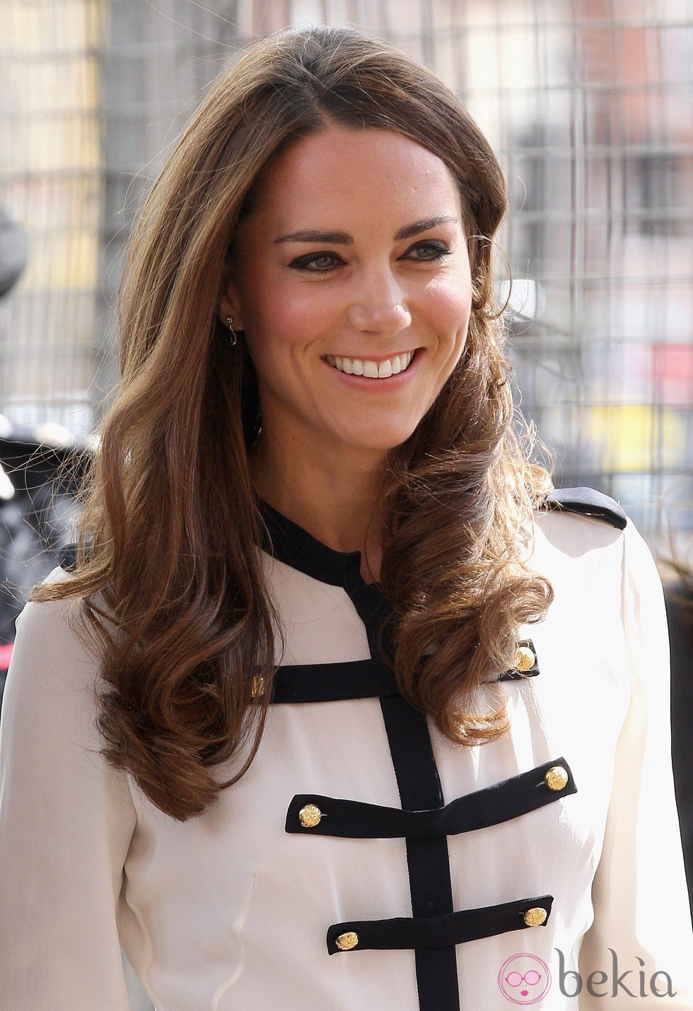 Kate Middleton eyeshadow negra y puntas marcadas por ondas