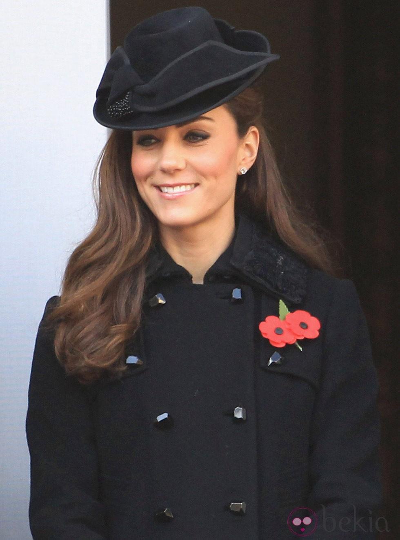 Kate Middleton con ojos ligeramente smokey y un semirecogido adornado por un tocado