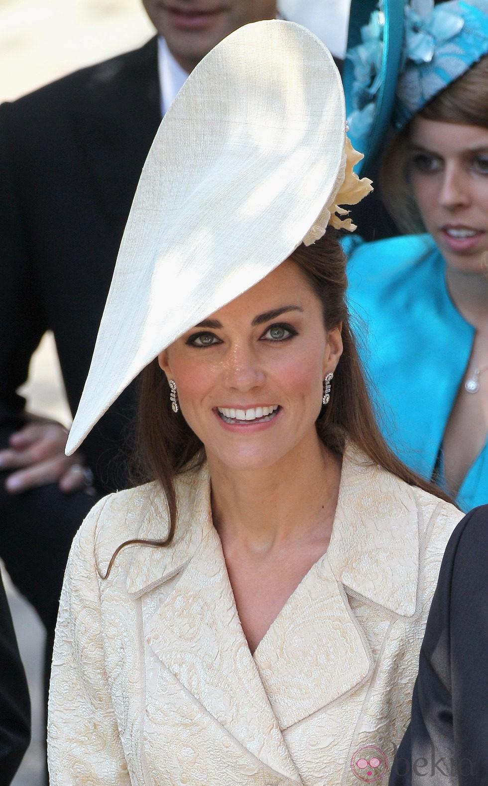 Kate Middleton con eyeliner negro y semirecogido adornado por un tocado