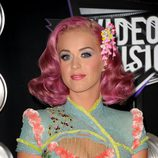 Peinado de Katy Perry con media melena rosa