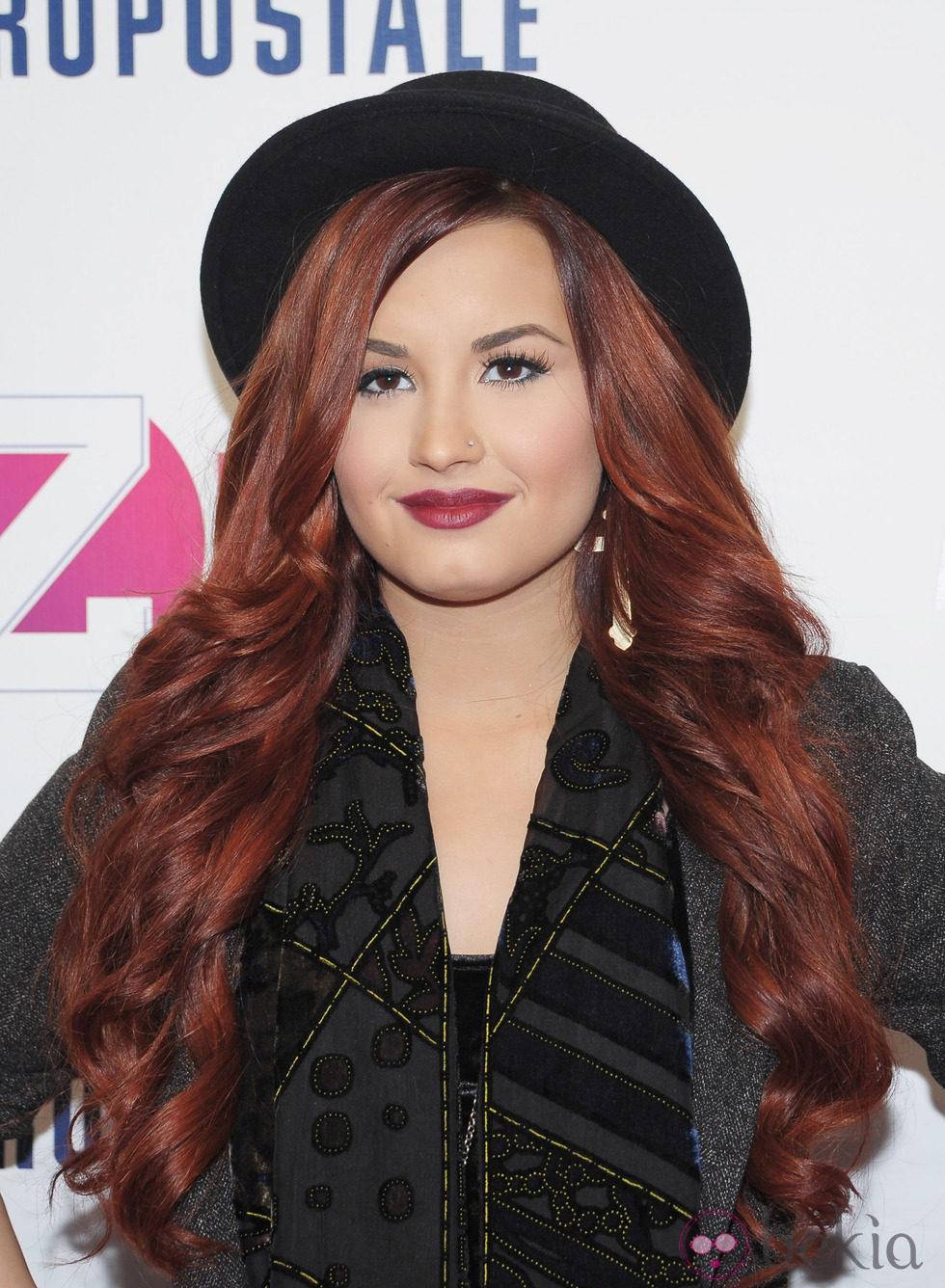 Demi Lovato con larga melena caoba