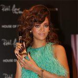 Rihanna con media melena castaña