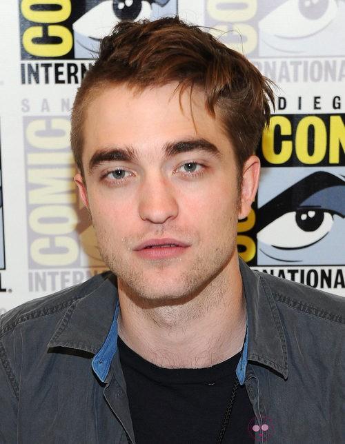 Robert Pattinson con media cabeza rapada