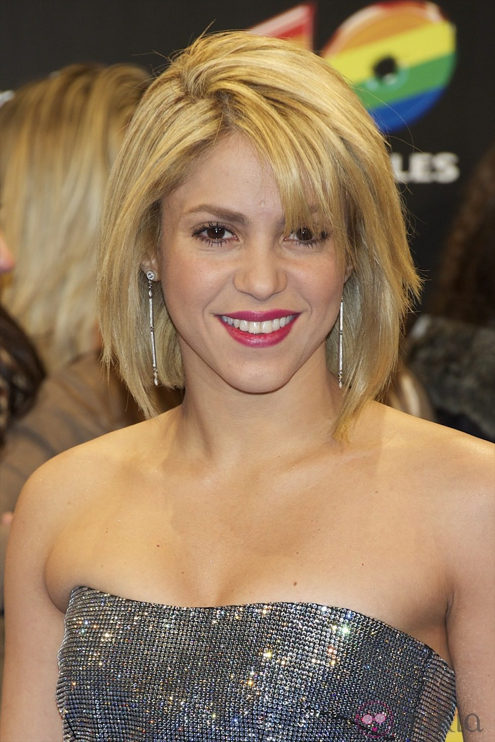 Shakira con corte de pelo tipo bob rubio