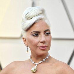 Lady Gaga con un recogido alto en los Premios Oscar 2019