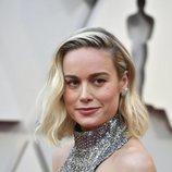 Brie Larson con el pelo corto rubio platino en los Premios Oscar 2019