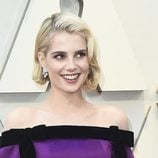 Lucy Boynton con el pelo corto rubio platino en los Premios Oscar 2019