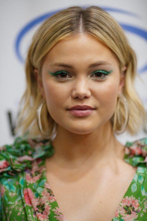 Olivia Holt con sombra de ojos verde
