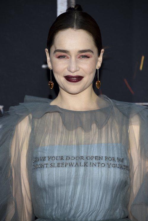 Emilia Clarke con pintalabios granate