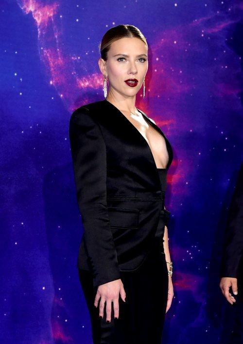 Scarlett Johansson con un look muy sexy