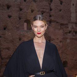 Karlie Kloss luce un beauty look sofisticado en el desfile Cruise 2020 de Dior