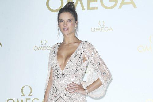 Alessandra Ambrosio con un beauty look dulce en el evento de Omega de mayo 2019