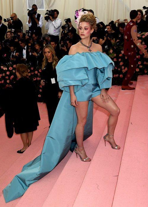 Lili Reinhart con un vestido azul con volantes y cola en la MET Gala 2019
