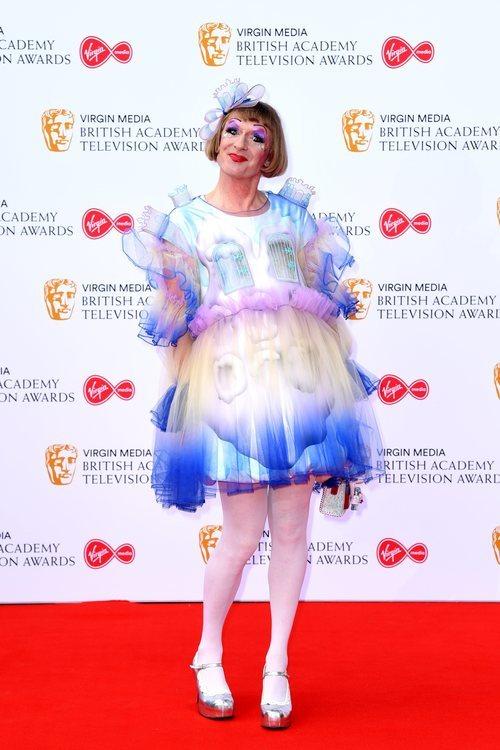 Grayson Perry, el ceramista aparece en la alfombra roja de los premios BAFTA como 'Claire', su alter-ego travesti