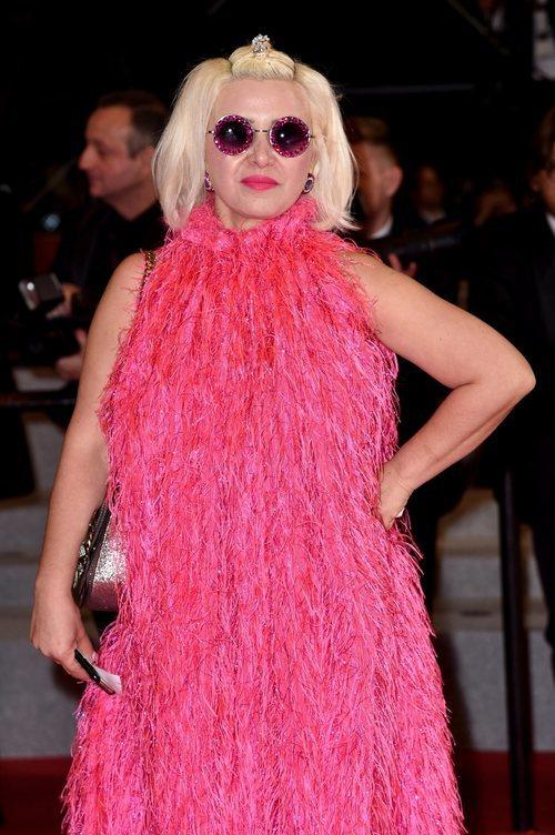 Karine Teles de rosa en el Festival de Cannes 2019