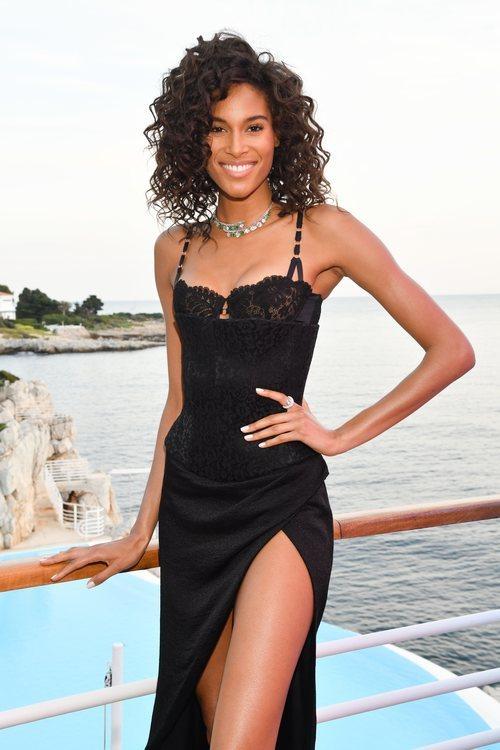 Cindy Bruna con melena rizada en la fiesta de Grisogono en Cannes 2019